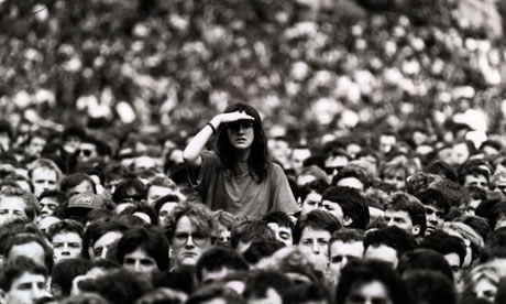 Woman-peering-over-crowd-001